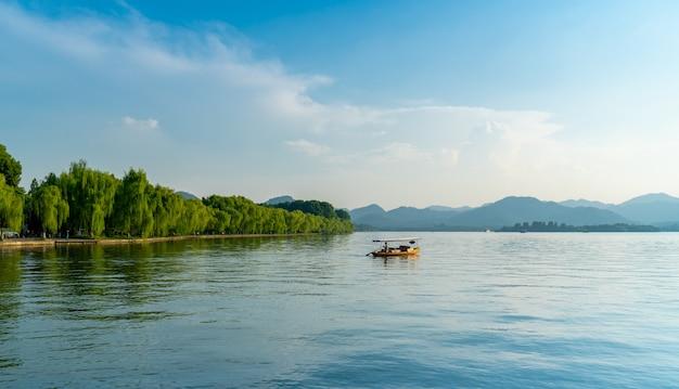 Beau Paysage Architectural Et Paysage Du Lac De L'ouest à Hangzhou Photo Premium