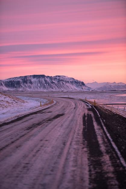 Beau paysage au lever du soleil en islande Photo Premium