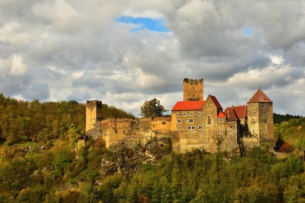 Beau paysage d'automne en autriche avec un joli vieux château de hardegg. Photo gratuit