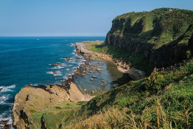 Beau Paysage De Collines Verdoyantes Et De Formations Rocheuses Près De La Mer Photo gratuit