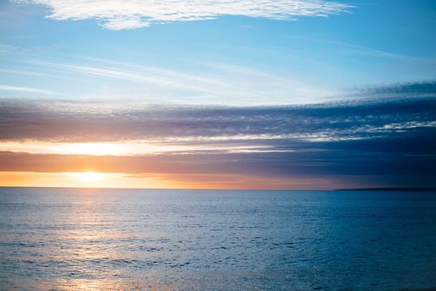 Beau Paysage De Coucher De Soleil Sur La Mer Paisible Photo gratuit