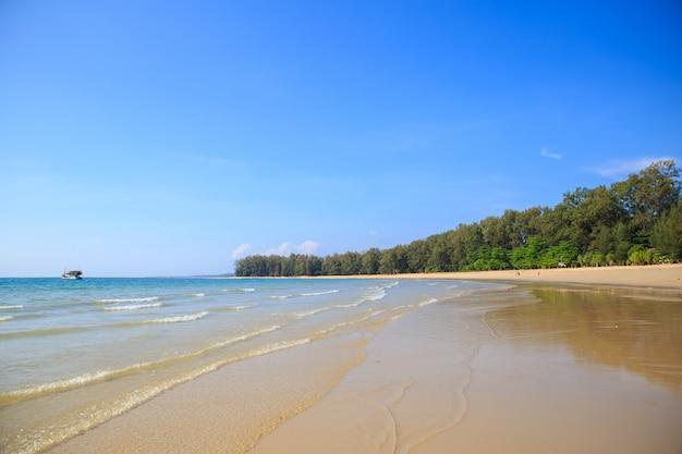 Beau paysage d'été avec un navire au-dessus de la mer dans la province de phuket en thaïlande. Photo Premium