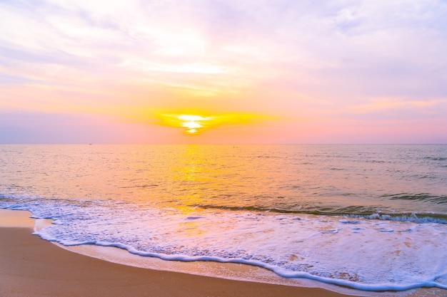 Beau paysage extérieur de mer et plage tropicale au coucher du soleil ou au lever du soleil Photo gratuit