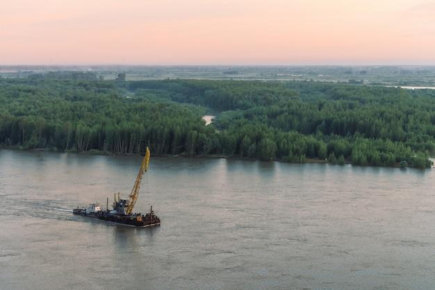 Beau paysage fluvial avec rivages verts et navire avec espace de copie Photo Premium