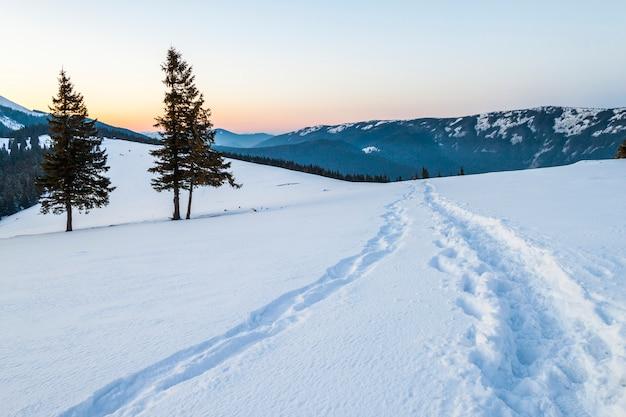 Beau paysage d'hiver dans les montagnes avec chemin de neige dans la steppe Photo Premium