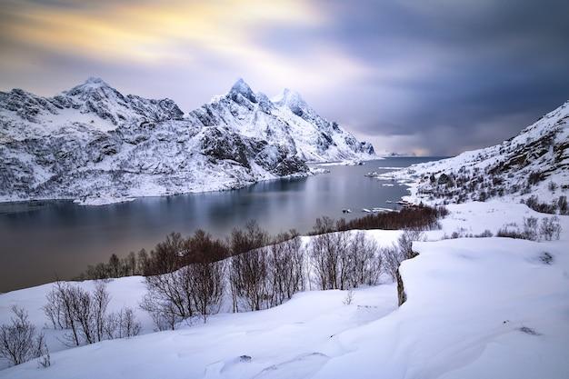 Beau Paysage D'hiver Avec Des Montagnes De Neige Et De L'eau Glacée Photo gratuit