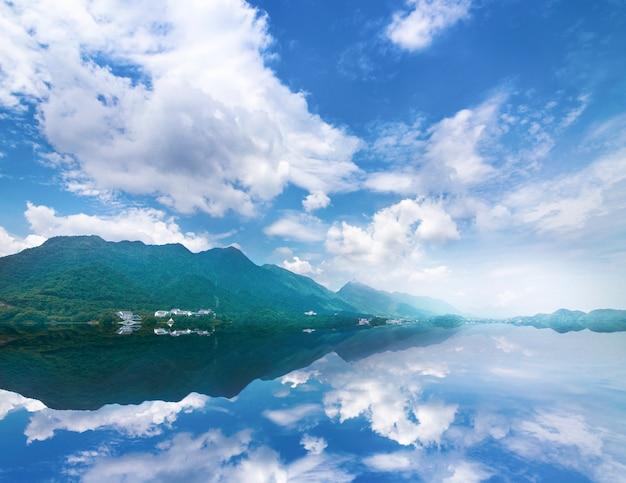Beau paysage avec lac turquoise, forêt et montagnes Photo Premium