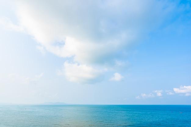 Beau paysage de mer océan avec nuage blanc et ciel bleu Photo gratuit