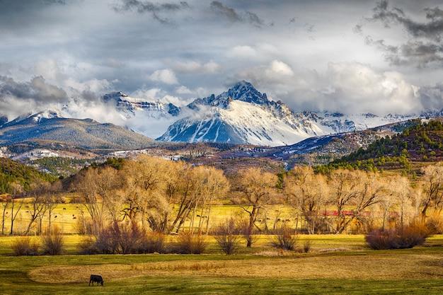 Beau Paysage De Montagne Couverte De Neige, Collines Et Pâturages Plats Photo gratuit