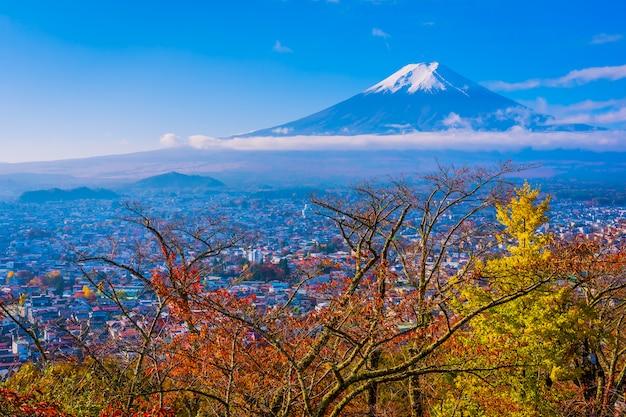 Beau paysage de montagne fuji autour de feuille d'érable en automne Photo gratuit