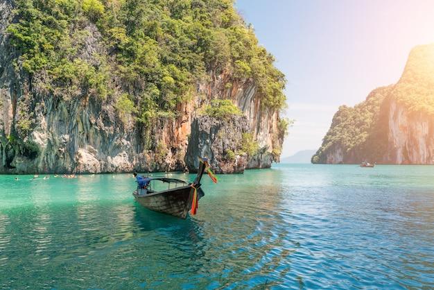 Beau paysage de montagne de rochers et mer cristalline avec le bateau de longtail à phuket, thaïlande. Photo Premium