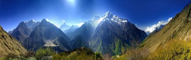 Beau Paysage De Montagne. Photo Premium