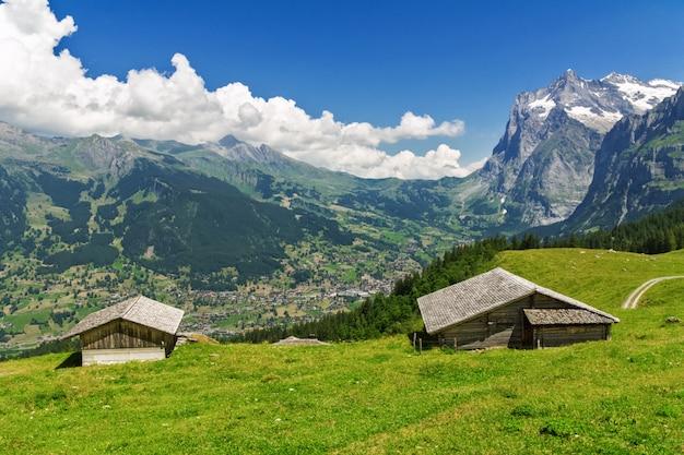 Beau Paysage De Montagnes Idylliques Avec Maison De Campagne En été, Alpes, Suisse Photo Premium