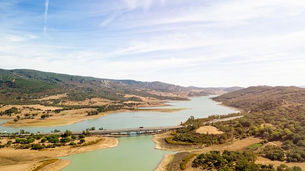 Beau paysage naturel avec pont pris par drone Photo gratuit
