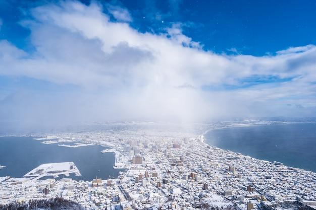 Beau paysage et paysage urbain de montagne hakodate pour regarder autour des toits de la ville Photo gratuit