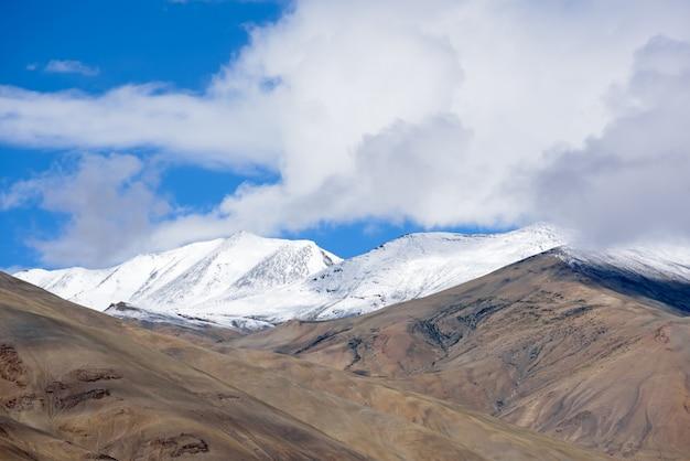Beau paysage avec pic de neige de la chaîne himalayenne à leh ladakh, inde du nord Photo Premium