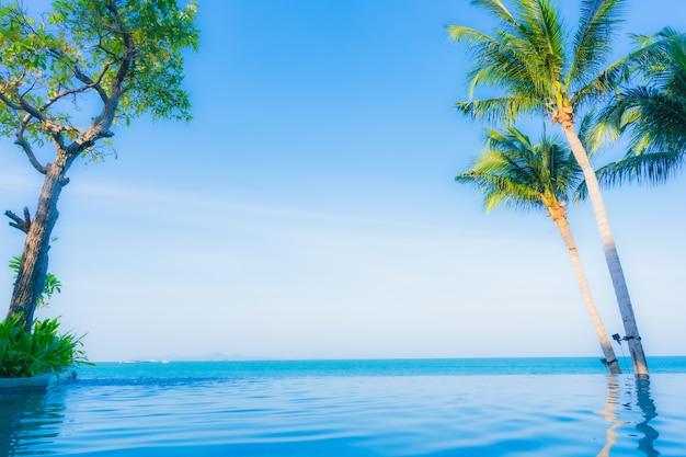 Beau Paysage De Piscine Extérieure Dans L'hôtel Resort Photo gratuit