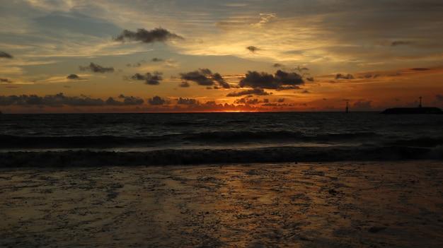 Beau Paysage à La Plage Avec Coucher De Soleil Et Nuages à Bali, Indonésie Photo gratuit