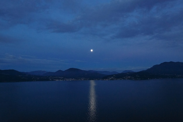 Beau Paysage De Soirée. Sentier Lunaire Sur Le Lac Et La Montagne Photo gratuit