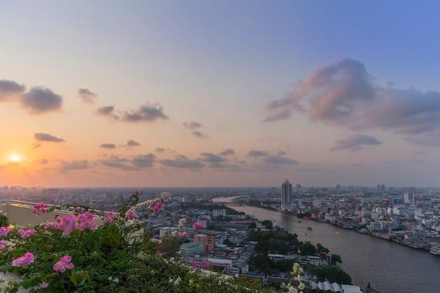 Beau paysage urbain de bangkok et de la rivière chao phraya au coucher du soleil, thaïlande Photo Premium