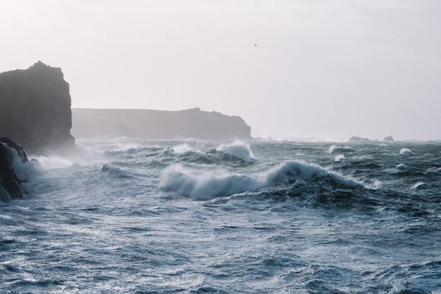 Beau Paysage De Vagues De La Mer S'écrasant Sur Des Formations Rocheuses Photo gratuit