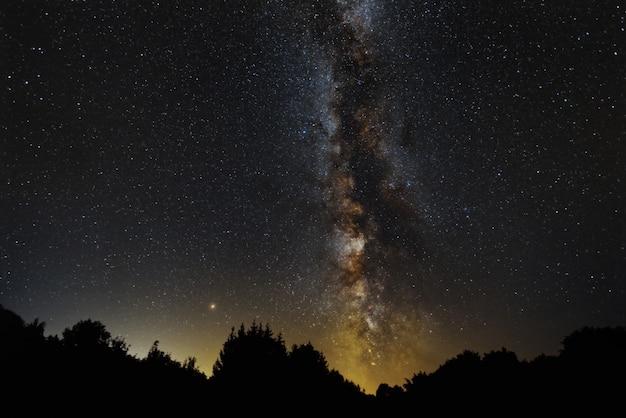 Beau Paysage De Voie Lactée Et Mard à Petrova Gora, Croatie Photo gratuit