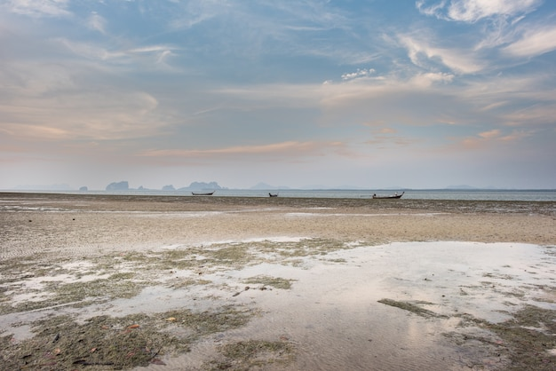 Beau Point De Vue Bas Le Long De La Plage à Marée Basse Sur La Mer Avec Le Ciel De Sunrise Vibrant Photo Premium