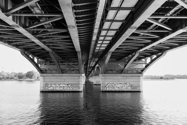 Beau pont sur la rivière dans la ville Photo Premium
