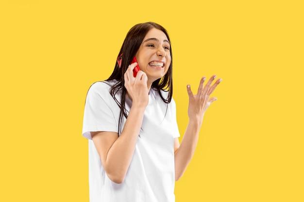 Beau Portrait De Femme Demi-longueur Isolé Sur Espace Jaune. Jeune Femme Souriante. Expression Faciale, été, Week-end, Concept De Station Photo gratuit
