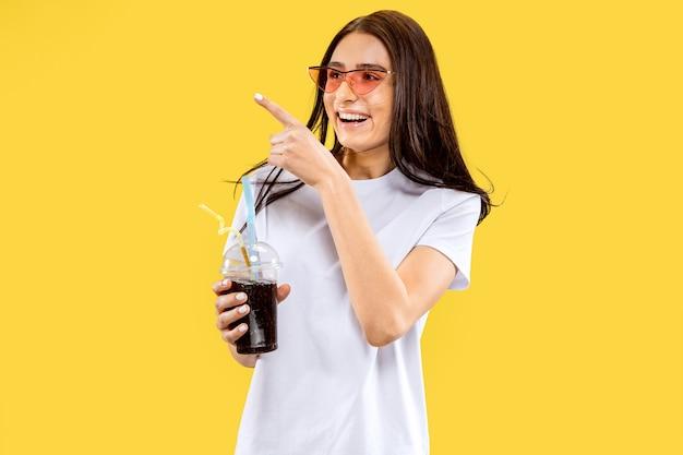 Beau Portrait De Femme Demi-longueur Sur Studio Jaune Photo gratuit