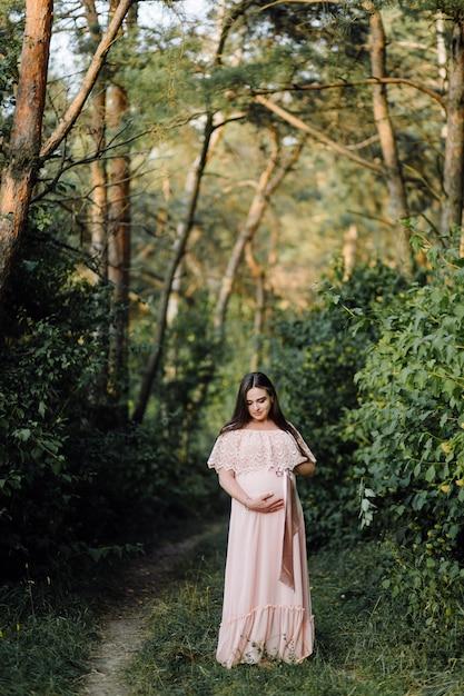 Beau portrait de femme enceinte Photo gratuit
