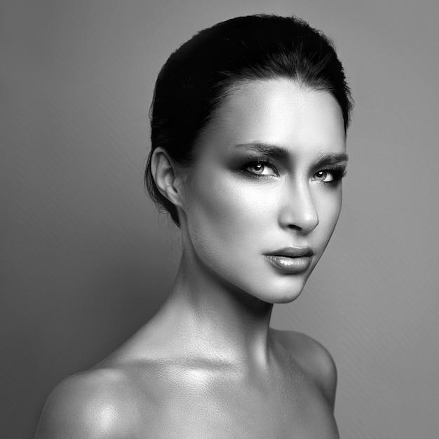 Beau portrait d'une femme avec un maquillage lumineux Photo Premium