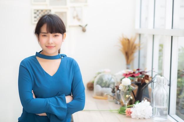 Beau portrait jeune femme asiatique souriante assise au café Photo Premium