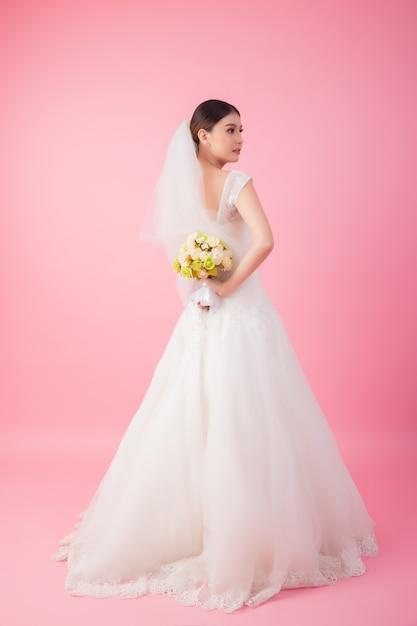 Beau portrait de mariée asiatique en rose Photo gratuit