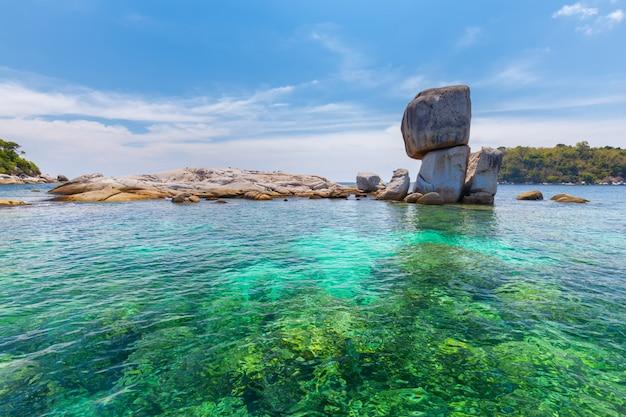 Beau rocher à koh hin son en thaïlande Photo Premium