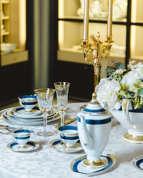 Beau set de plateaux et chandeliers dorés Photo gratuit