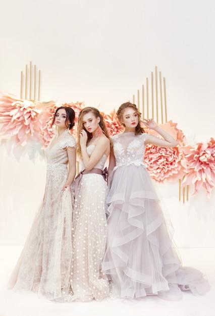 Beau trio de mariées en robe de mariée chère Photo Premium