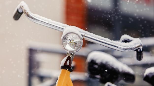Beau Vélo De Style Dans La Neige Après De Fortes Chutes De Neige En Europe. Photo Premium