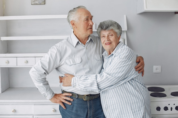 Beau vieux couple a passé du temps ensemble à la maison Photo gratuit