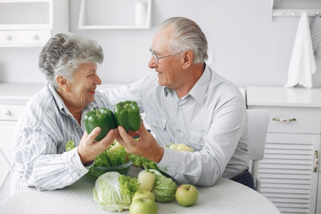 Beau vieux couple préparer de la nourriture dans une cuisine Photo gratuit