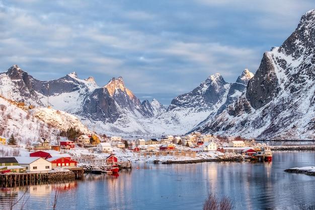 Beau village de pêcheurs dans la vallée de neige en hiver Photo Premium