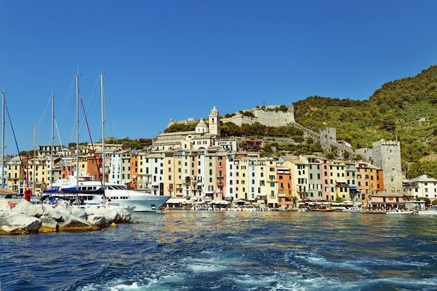 Beau village port avec des bateaux Photo Premium