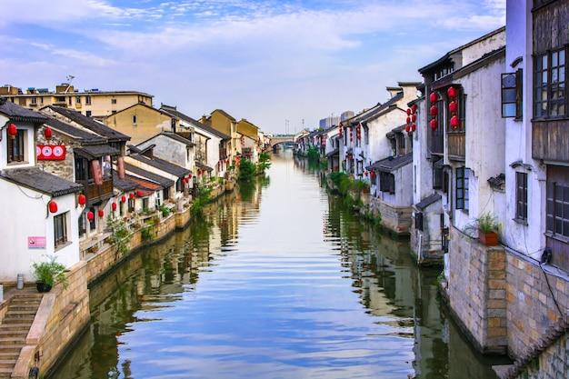 Beau village avec une rivière Photo gratuit