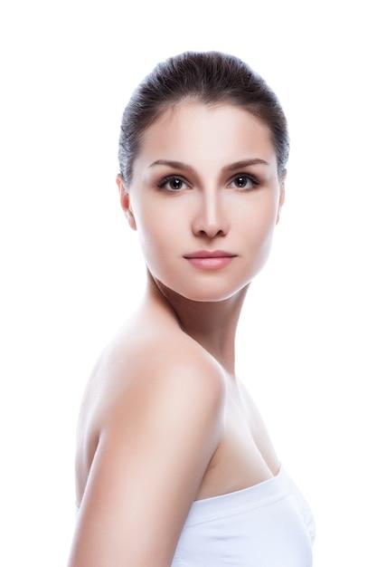 Beau visage de femme adulte jeune à la peau douce et propre - isolée on white Photo Premium