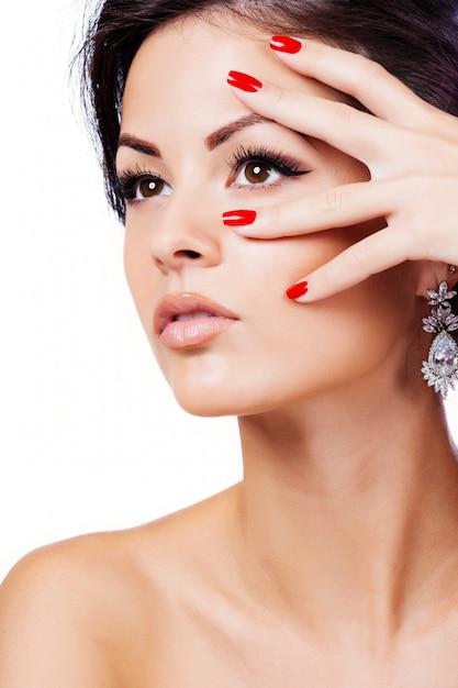 Beau visage de femme adulte jeune à la peau douce et propre Photo Premium