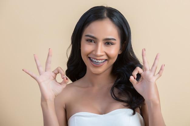 Beau visage de femme faisant signe ok Photo gratuit