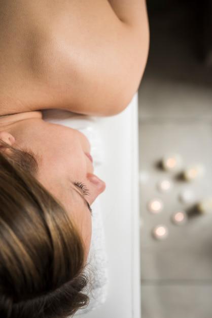 Beau visage de femme relaxant au spa Photo gratuit