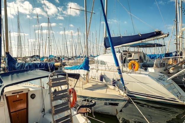 Beau yacht dans la marina en été, ciel bleu Photo Premium