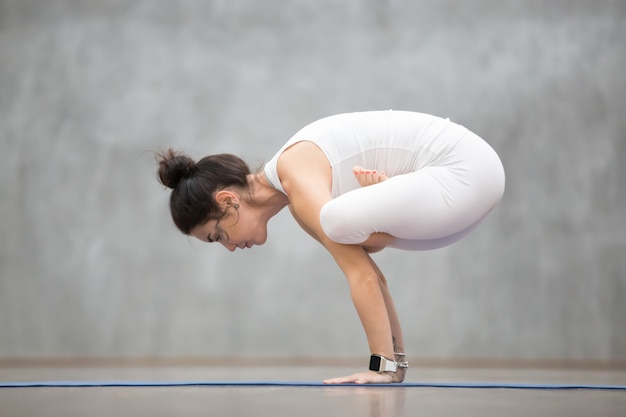 Beau yoga: urdhva kukkutasana Photo gratuit