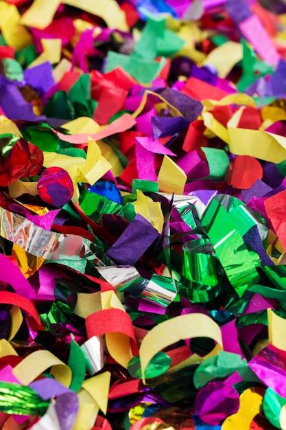 Beaucoup de banderoles et de confettis Photo gratuit